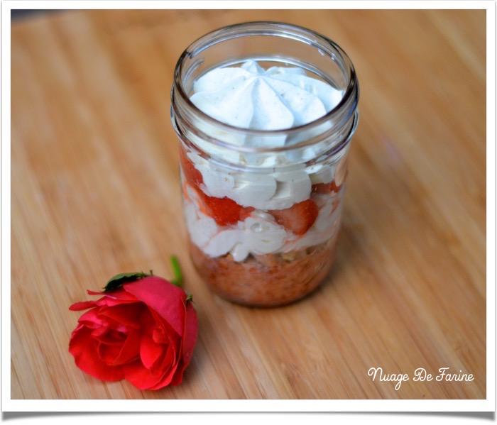 fraises et biscuit in a jar2