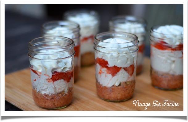 fraises et biscuit in a jar4