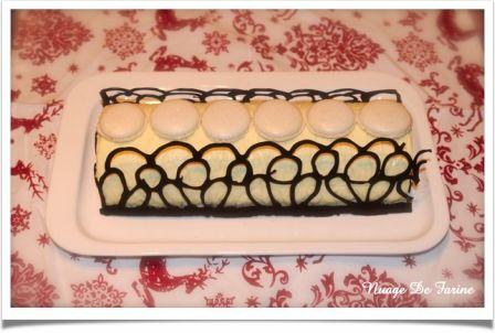 Bûche à la mousse au chocolat blanc et coeur de poire sur biscuit cacaoté croustillant